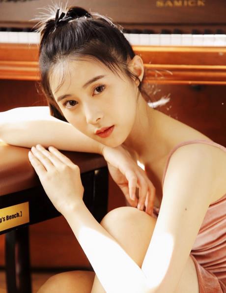 演员杨棋珺舞蹈专业出身 温婉优雅间难掩英气十足