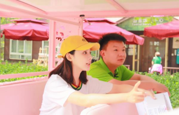 彭小苒现身野生动物园